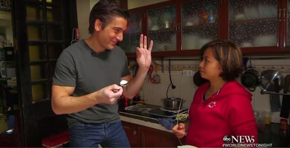 Cà phê trứng, nộm đu đủ, phở bò Hà Nội lên truyền hình Mỹ - Ảnh 4.