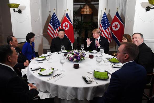 Tại sao mỗi lần gặp, 2 ông Trump - Kim luôn ăn cocktail tôm và thịt bò? - Ảnh 2.