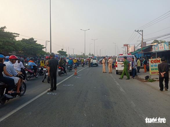 Xe cứu thương từ thiện tông chết người đi bộ trên đường - Ảnh 1.