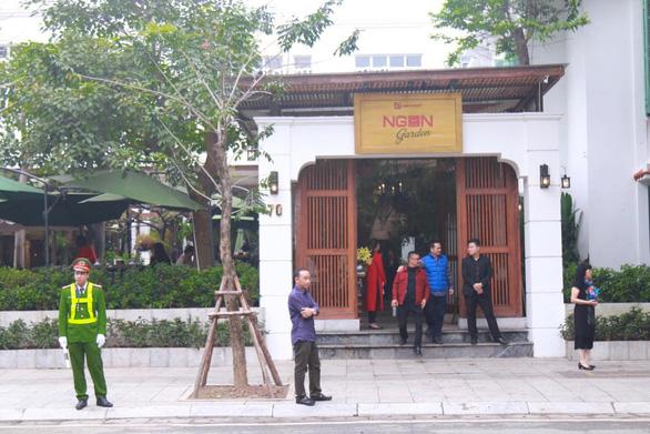 Đoàn Triều Tiên đi ăn nem rán, bánh xèo... ở Hà Nội - Ảnh 4.