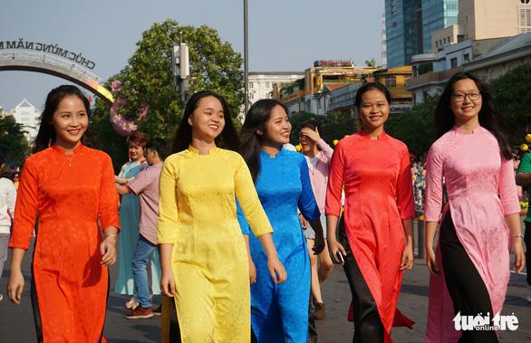 Nhiều gia đình ra đường hoa Nguyễn Huệ ngắm hoa, đọc sách - Ảnh 1.
