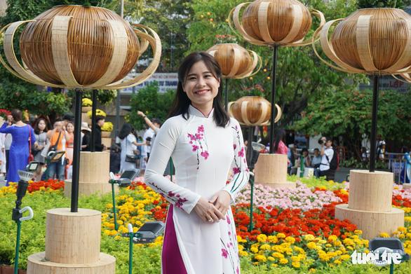 Nhiều gia đình ra đường hoa Nguyễn Huệ ngắm hoa, đọc sách - Ảnh 3.