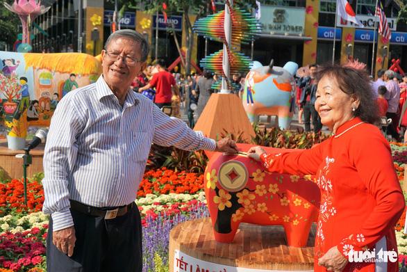 Nhiều gia đình ra đường hoa Nguyễn Huệ ngắm hoa, đọc sách - Ảnh 11.