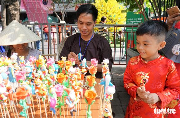 Nhiều gia đình ra đường hoa Nguyễn Huệ ngắm hoa, đọc sách - Ảnh 12.