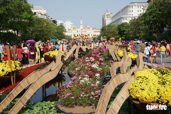 Nhiều gia đình ra đường hoa Nguyễn Huệ ngắm hoa, đọc sách - Ảnh 2.