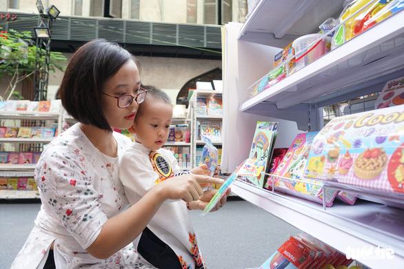 Nhiều gia đình ra đường hoa Nguyễn Huệ ngắm hoa, đọc sách - Ảnh 13.