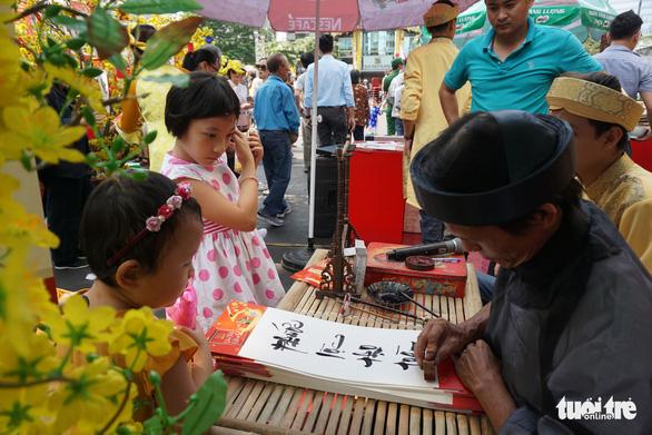 Nhiều gia đình ra đường hoa Nguyễn Huệ ngắm hoa, đọc sách - Ảnh 14.