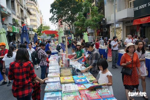 Nhiều gia đình ra đường hoa Nguyễn Huệ ngắm hoa, đọc sách - Ảnh 15.