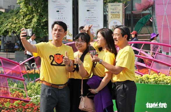 Nhiều gia đình ra đường hoa Nguyễn Huệ ngắm hoa, đọc sách - Ảnh 7.
