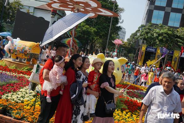 Nhiều gia đình ra đường hoa Nguyễn Huệ ngắm hoa, đọc sách - Ảnh 9.