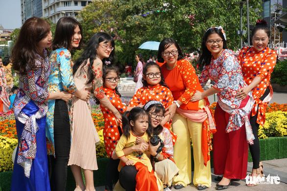 Nhiều gia đình ra đường hoa Nguyễn Huệ ngắm hoa, đọc sách - Ảnh 10.