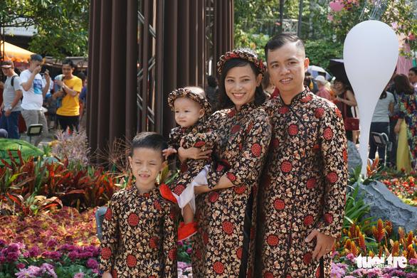 Nhiều gia đình ra đường hoa Nguyễn Huệ ngắm hoa, đọc sách - Ảnh 8.