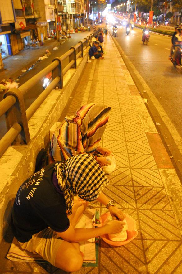Đêm 30 tết có hai người trẻ ra cầu Ông Lãnh trùm khăn ngồi ăn xin - Ảnh 2.