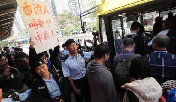 Người Hong Kong giận dữ xua đuổi du khách Trung Quốc  - Ảnh 1.