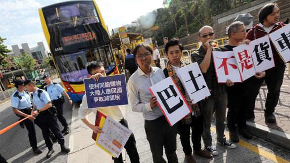 Người Hong Kong giận dữ xua đuổi du khách Trung Quốc  - Ảnh 2.