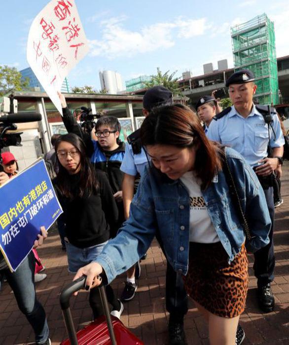 Người Hong Kong giận dữ xua đuổi du khách Trung Quốc  - Ảnh 3.