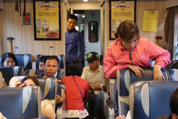 Mai vàng khoe sắc trên chuyến tàu cuối năm - Ảnh 5.