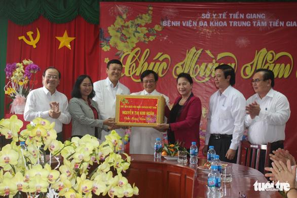 Chủ tịch Quốc hội thăm, tặng quà Tết tại tỉnh Tiền Giang - Ảnh 2.