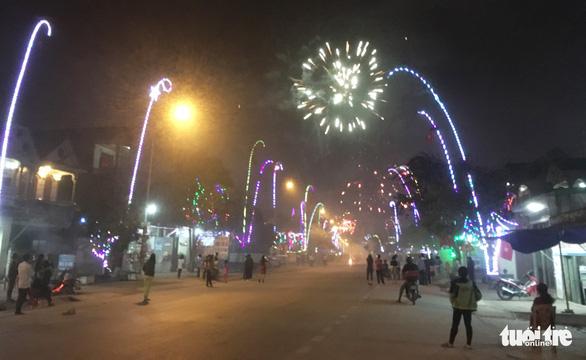 Pháo vẫn nổ rầm rộ đêm giao thừa trên quốc lộ ở Nghệ An - Ảnh 2.