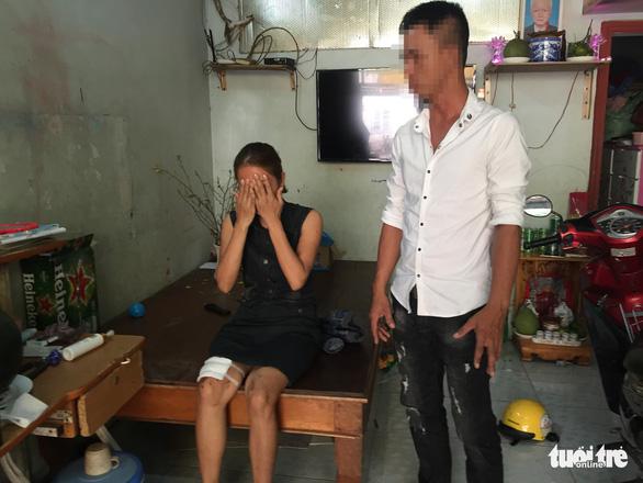 Nghi án đặt thuốc nổ trong micro, 2 mẹ con bị thương - Ảnh 1.