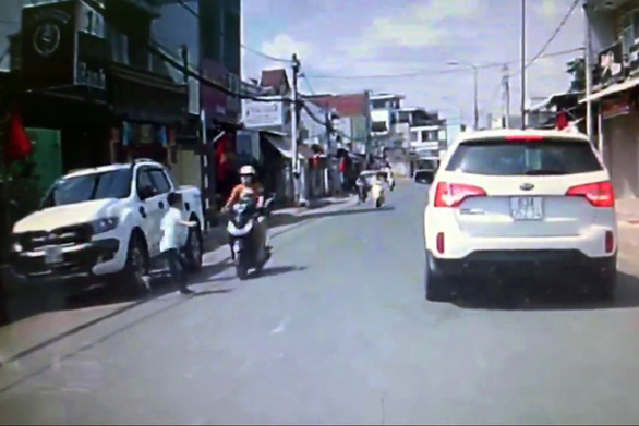 Dân mạng phẫn nộ, truy tìm gã đàn ông đi ôtô tát phụ nữ chở con nhỏ - Ảnh 2.