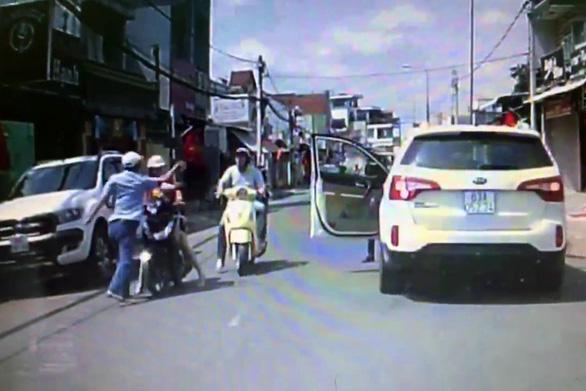 Dân mạng phẫn nộ, truy tìm gã đàn ông đi ôtô tát phụ nữ chở con nhỏ - Ảnh 3.