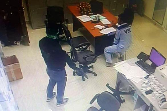 Hai tên cướp tiền ở trạm thu phí Dầu Giây chỉ hành sự trong 6 phút - Ảnh 1.