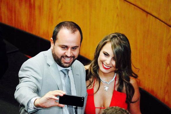 Nữ nghị sĩ Brazil gây bão vì áo hở ngực táo bạo - Ảnh 1.
