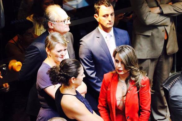 Nữ nghị sĩ Brazil gây bão vì áo hở ngực táo bạo - Ảnh 2.