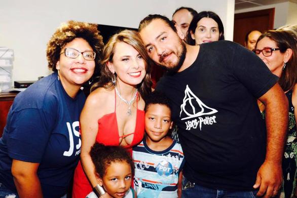 Nữ nghị sĩ Brazil gây bão vì áo hở ngực táo bạo - Ảnh 5.
