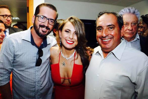 Nữ nghị sĩ Brazil gây bão vì áo hở ngực táo bạo - Ảnh 7.