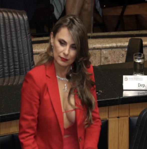 Nữ nghị sĩ Brazil gây bão vì áo hở ngực táo bạo - Ảnh 8.