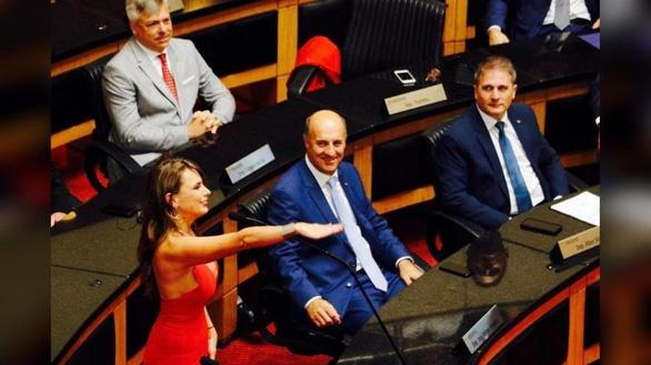 Nữ nghị sĩ Brazil gây bão vì áo hở ngực táo bạo - Ảnh 3.