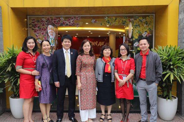 Lãnh đạo Vietjet vui xuân cùng hành khách ngày Mùng 1 Tết - Ảnh 1.