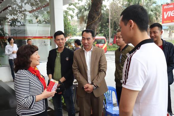Lãnh đạo Vietjet vui xuân cùng hành khách ngày Mùng 1 Tết - Ảnh 2.