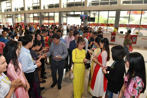 Lãnh đạo Vietjet vui xuân cùng hành khách ngày Mùng 1 Tết - Ảnh 4.