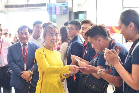 Lãnh đạo Vietjet vui xuân cùng hành khách ngày Mùng 1 Tết - Ảnh 6.