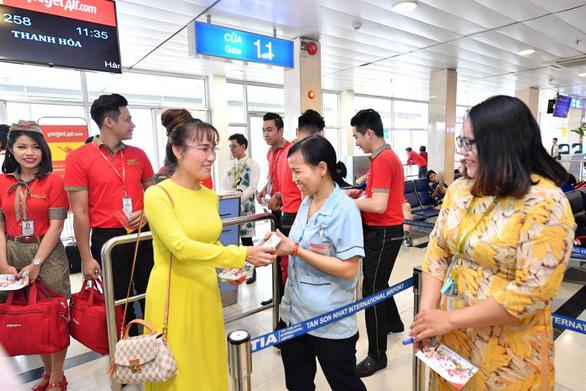 Lãnh đạo Vietjet vui xuân cùng hành khách ngày Mùng 1 Tết - Ảnh 7.