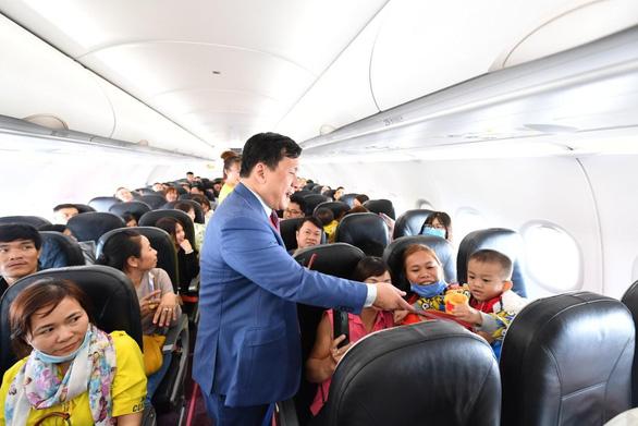 Lãnh đạo Vietjet vui xuân cùng hành khách ngày Mùng 1 Tết - Ảnh 10.