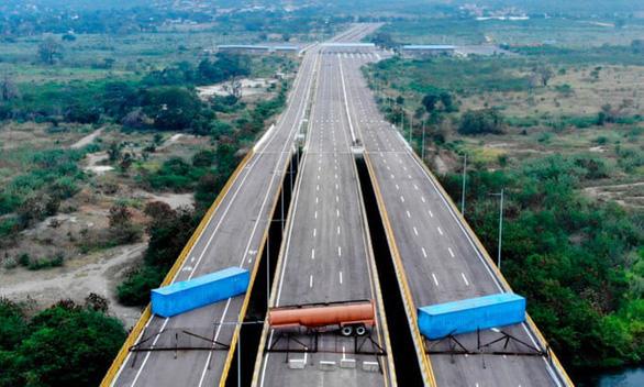 Xe chở hàng viện trợ Mỹ tới cầu biên giới Venezuela - Ảnh 2.