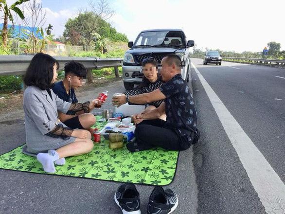 Xử lý tài xế dừng xe ăn uống bên đường cao tốc - Ảnh 1.