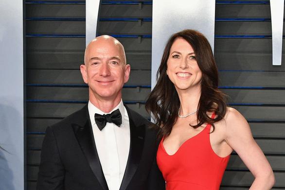 Tỉ phú Jeff Bezos bị dọa tung ảnh nhạy cảm 'dưới thắt lưng' - Ảnh 2.