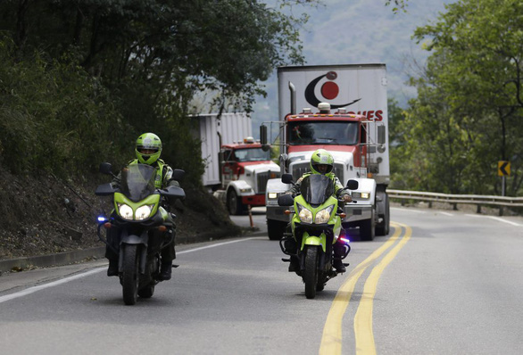 Xe chở hàng viện trợ Mỹ tới cầu biên giới Venezuela - Ảnh 1.