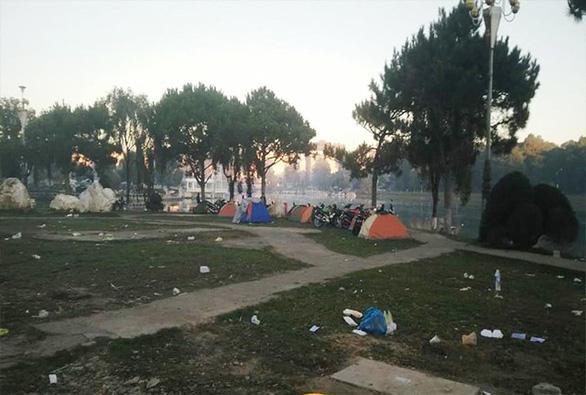 Du khách căng lều ngủ ở bờ Hồ Xuân Hương vì Đà Lạt hết phòng - Ảnh 3.