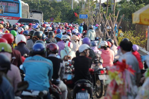 Dân miền Tây quay lại TP.HCM sớm, cầu Rạch Miễu quá tải - Ảnh 2.