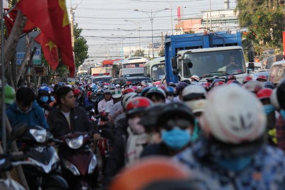 Dân miền Tây quay lại TP.HCM sớm, cầu Rạch Miễu quá tải - Ảnh 1.