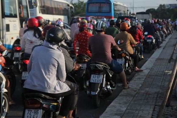 Dân miền Tây quay lại TP.HCM sớm, cầu Rạch Miễu quá tải - Ảnh 3.