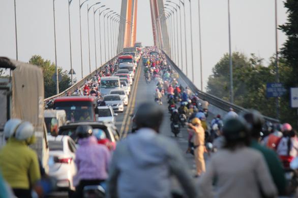Dân miền Tây quay lại TP.HCM sớm, cầu Rạch Miễu quá tải - Ảnh 4.