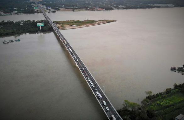 Dân miền Tây quay lại TP.HCM sớm, cầu Rạch Miễu quá tải - Ảnh 6.