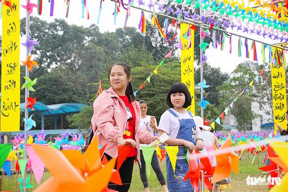 Lạ mắt với vườn chong chóng rực rỡ ở Hoàng Thành Thăng Long - Ảnh 2.